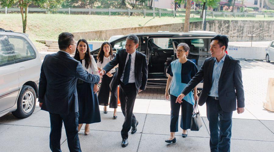 1、中国驻马使馆代办陈辰先生抵达招聘会现场